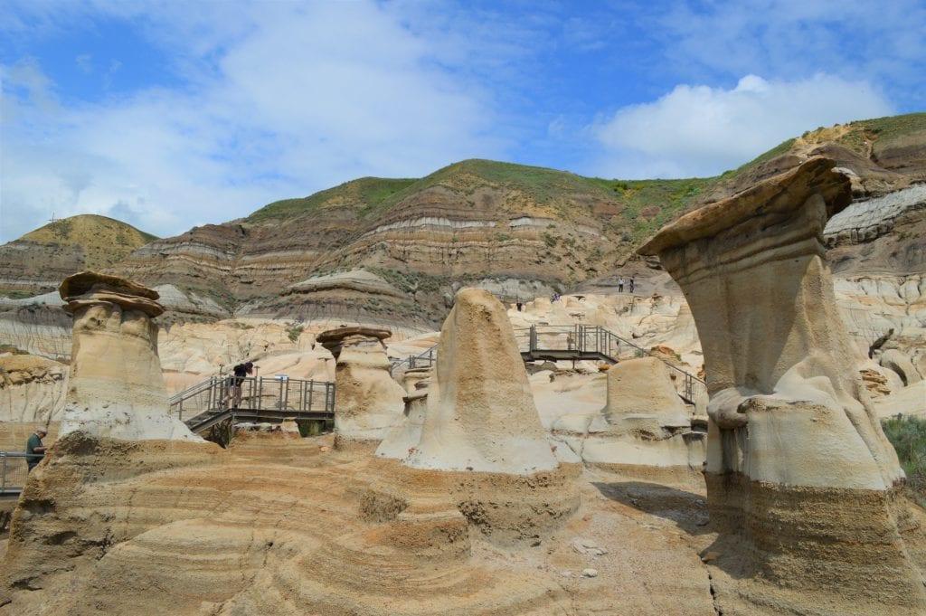 Hoodoos, czyli stożkowe skalne formacje w Drumheller, Kanada