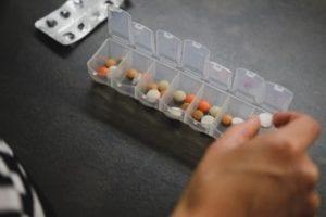 Leki w samolocie - czy można przewozić lekarstwa w bagażu podręcznym?