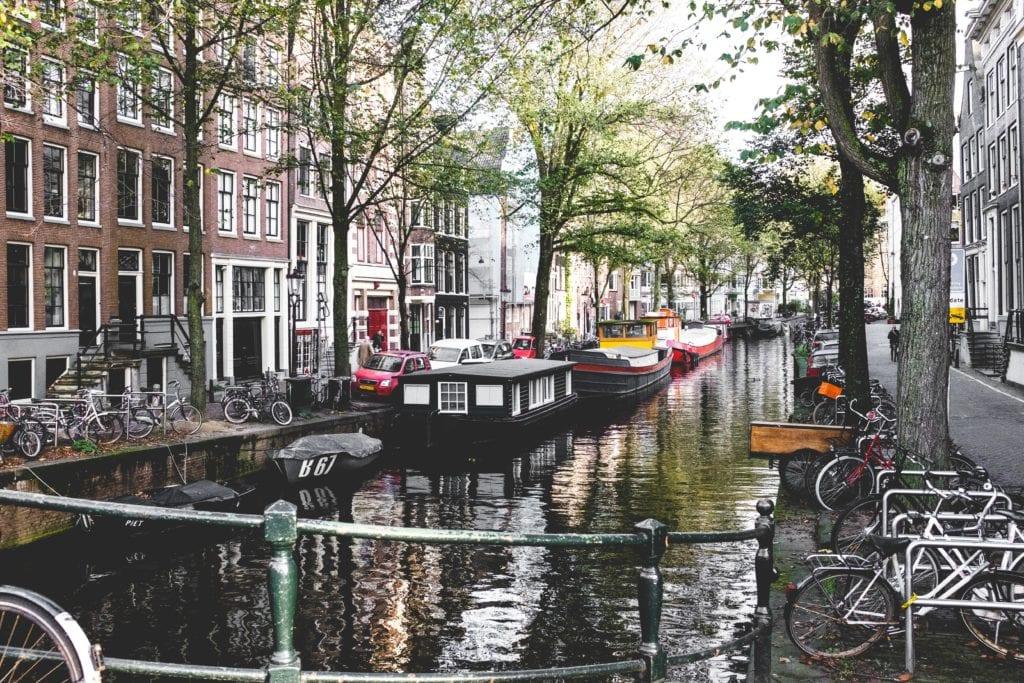 Rowery na stałe wpisały się w krajobraz Amsterdamu, fot. Antonio Molinari Unsplash