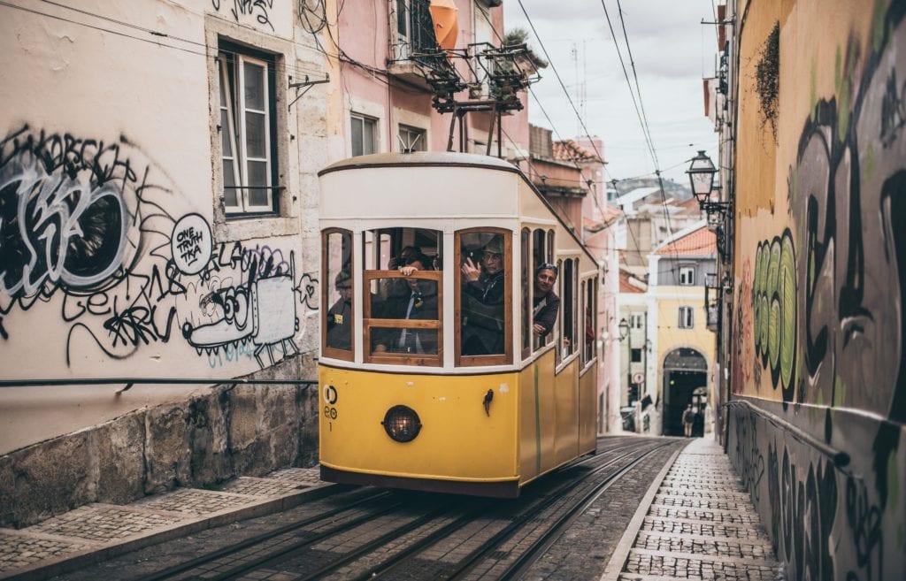 Żółty tramwaj jest symbolem Lizbony