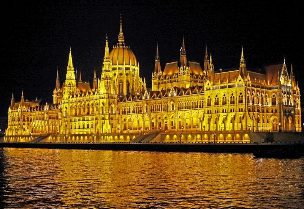 Parlament w Budapeszcie nocą,