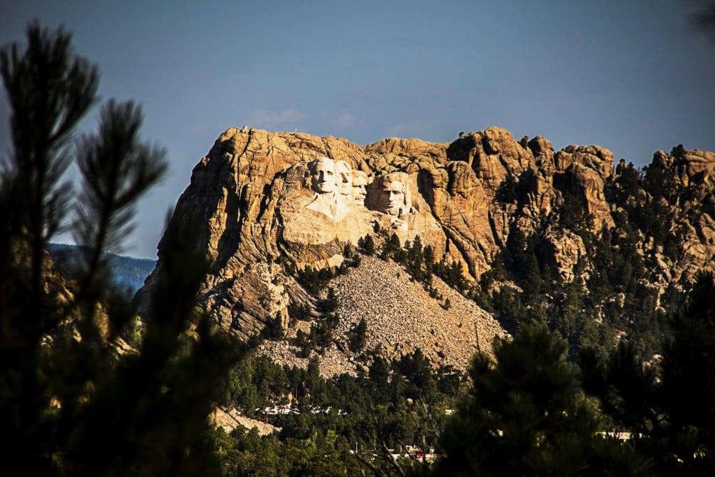 Pomnik prezydentów USA widoczny jest nawet odległości 100 km, góra Rushmore