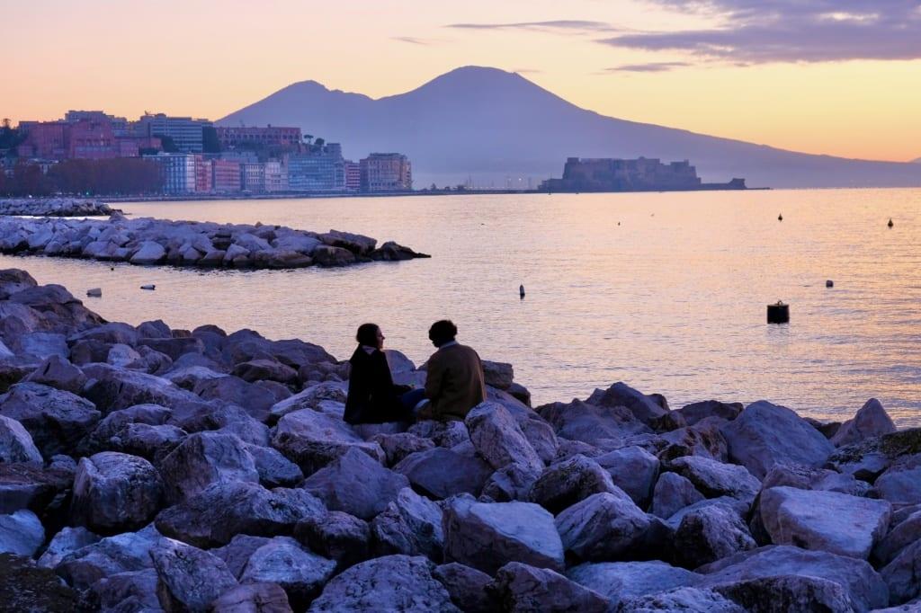 Pozzuoli - w oddali góruje Wezuwiusz, Neapo