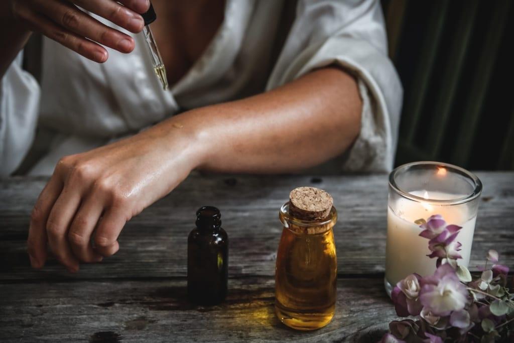 Olejek arganowy to popularny suwenir przywożony z Maroko, fot. Chelsea shapouri Unsplash